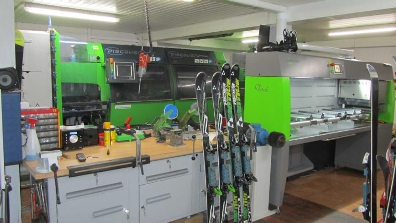 Modernst eingerichtete Skiwerkstatt der Region